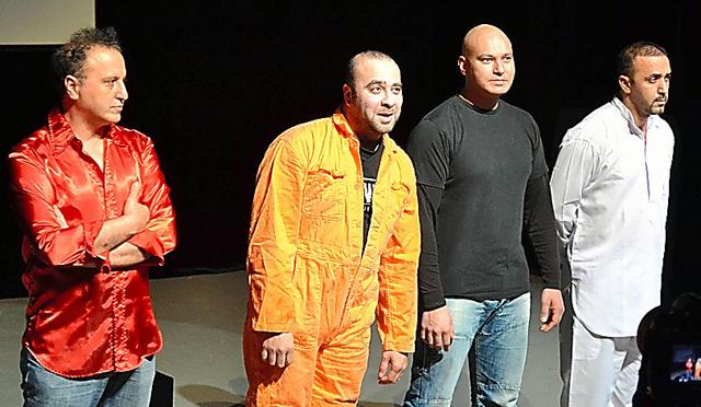 舞台「ジハード」の上演後、観客にあいさつをするイスマエル・サイディさん(左から2人目)=いずれもブリュッセル、吉田美智子撮影