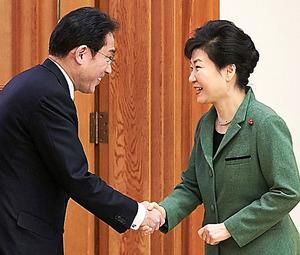 韓国・朴槿恵大統領(右)を表敬訪問し、握手する岸田文雄外相=28日午後、ソウルの大統領府、代表撮影