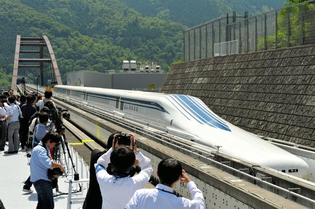 山梨実験線で、5両編成では初めて公開されたリニア新幹線「L0系」=2013年6月、山梨県都留市、福留庸友撮影