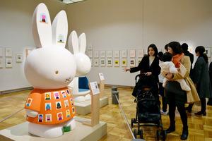 15組のアーティストそれぞれのミッフィー像も展示されている=福岡市中央区天神2丁目