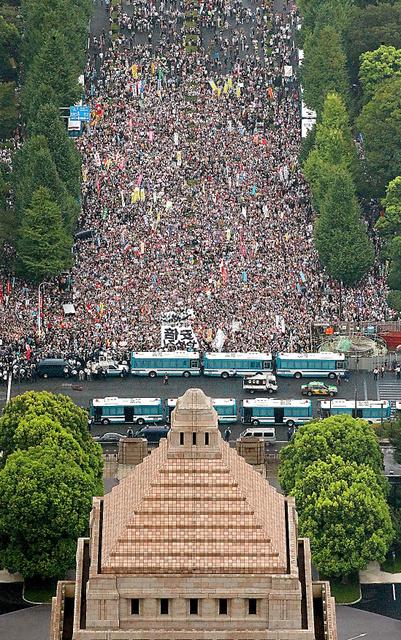 安保法制をめぐり国会前でデモ