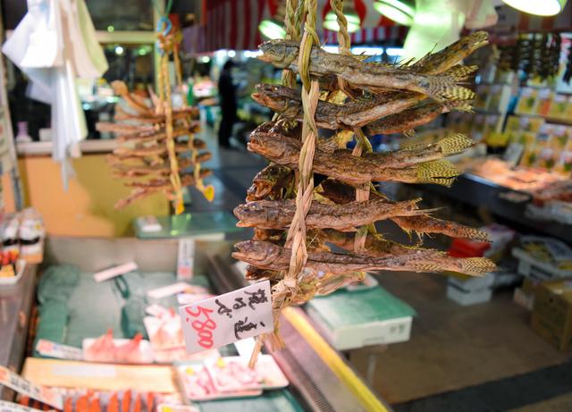 鮮魚店の店先につるされた「焼きハゼ」。震災前の倍以上の値段に買っていく人は少ないという=仙台市青葉区の「仙台朝市」