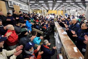 年内最後となる鮮魚の競りを前に、一本締めをした=30日午前4時25分、東京都中央区の築地市場、西畑志朗撮影