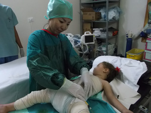 ©MSF シリア北部イドリブ県にある国境なき医師団の病院で、重度の熱傷患者を手当てする=2013年7月15日撮影