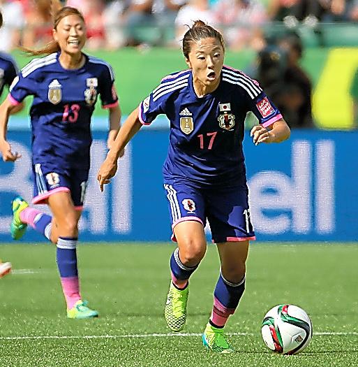 サッカー女子W杯カナダ大会準決勝でドリブルする大儀見。日本女子代表は2月、大阪でリオ五輪のアジア最終予選を戦う