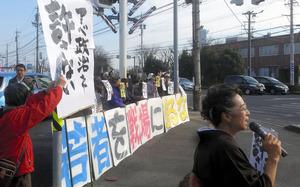 ドライバーらに「戦争法廃止」を訴える参加者たち=鈴鹿市飯野寺家町