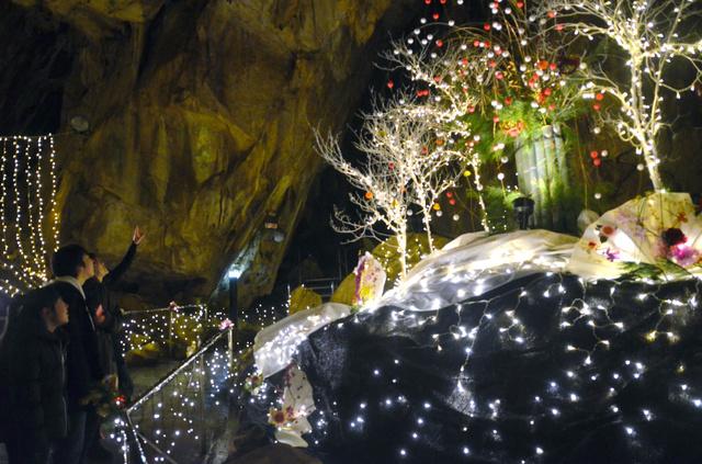 洞窟内をイルミネーションの光が優しく照らし出した=3日午後、田村市のあぶくま洞