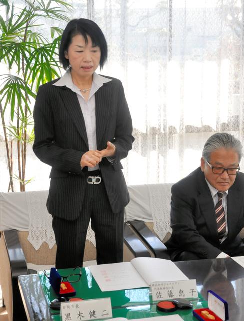 女性の大量雇用への意欲を語る佐藤恵子社長(左)=日向市役所