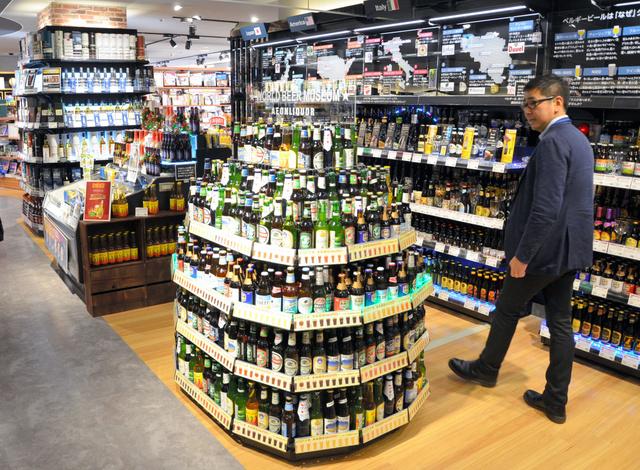 「イオンスタイル御嶽山駅前」では世界中のビールを並べ、特徴のある売り場づくりを進める=東京都大田区