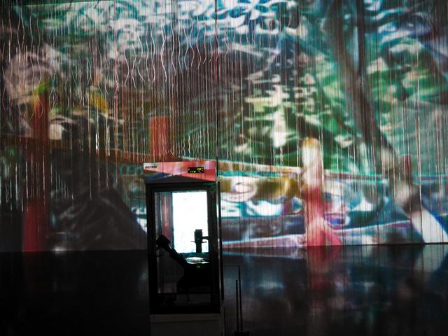 BCLの展示「ゴースト・イン・ザ・セル」。細胞が置かれた培養器の背後に、AIによる「風景画」が映る=金沢21世紀美術館