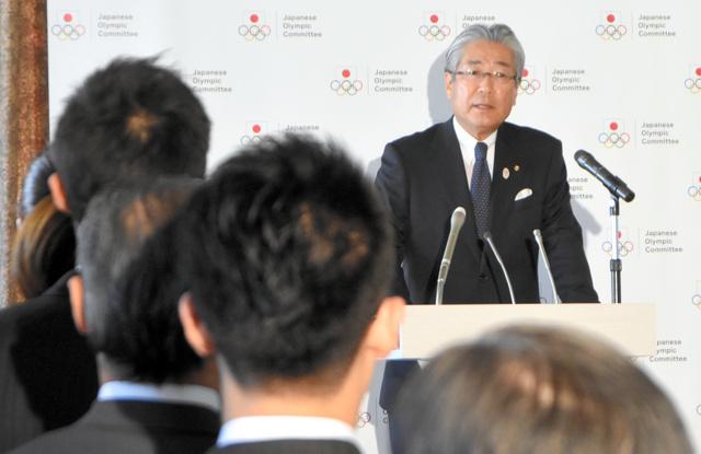職員を前に新年のあいさつをするJOCの竹田会長