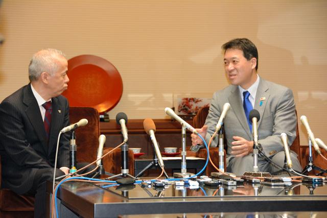 東電の広瀬直己社長(左)と泉田裕彦知事=県庁