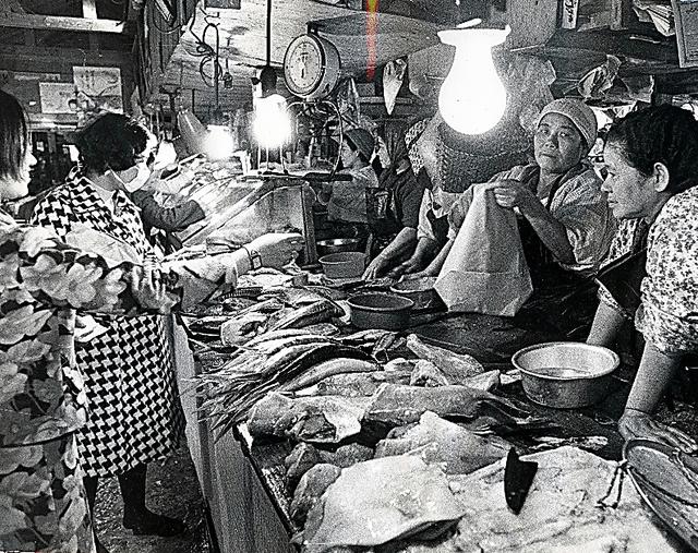 那覇市民の「台所」、公設市場で働く女性たち=1969年