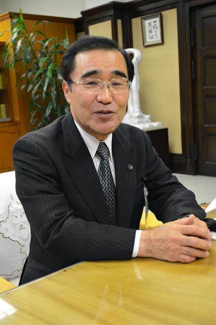 インタビューに答える森博幸・鹿児島市長=鹿児島市役所