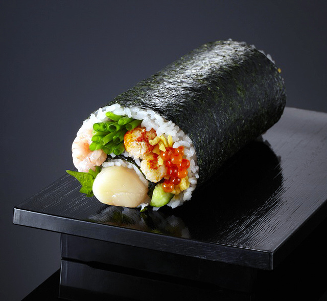 イオンが売り出す「青函トンネル巻」。片側には北海道産のホタテや毛ガニを巻いた=イオン北海道提供