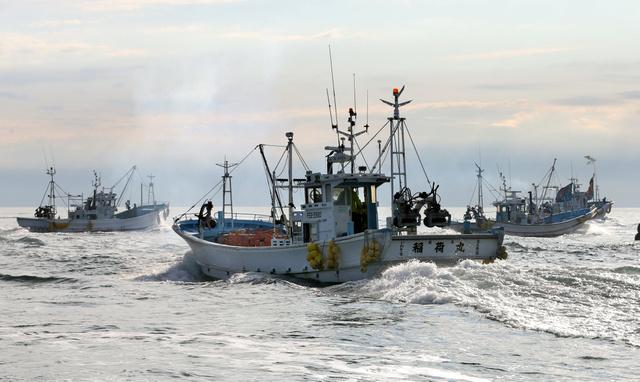 「出初め」で新年を祝い、一斉に出港する漁船=8日午前、福島県いわき市、林敏行撮影