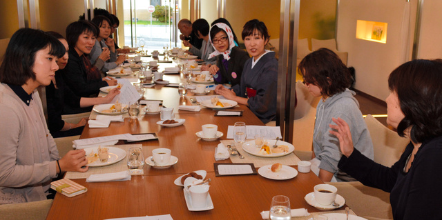 津軽海峡マグロ女子会のメンバーたちの会議=昨年11月、函館市