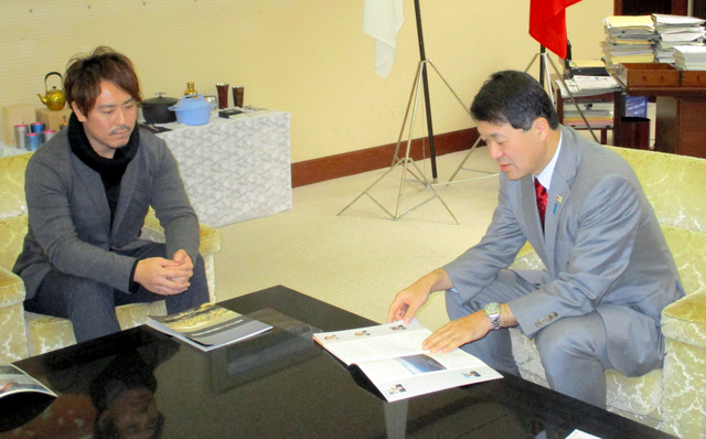 2月のW杯や冬季五輪招致について話し合う皆川賢太郎さん(左)と泉田裕彦知事=県庁