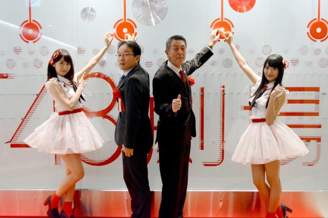 オープニングセレモニーでポーズをとるNGT48の北原里英キャプテン(右端)、篠田昭・新潟市長(右から2人目)、AKB48と兼任する柏木由紀さん(左端)ら=9日午前9時9分、同市中央区、永田篤史撮影