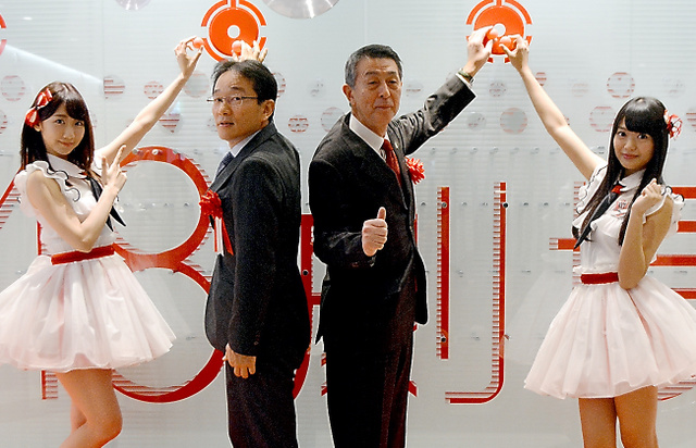 セレモニーでポーズをとるNGT48の北原里英キャプテン(右端)、篠田昭・新潟市長(右から2人目)、AKB48と兼任する柏木由紀さん(左端)ら=9日午前