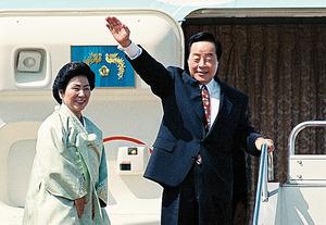 韓国大統領としての訪日を終えて中国へ向かう金泳三さん夫妻=1994年3月26日、羽田空港