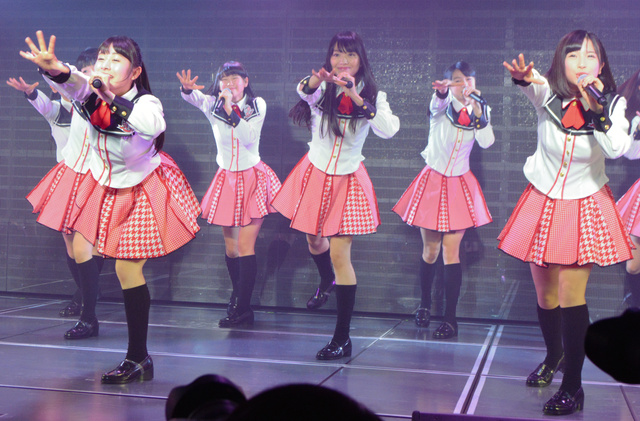 通し稽古で歌う北原里英キャプテン(中央)らNGT48のメンバー=10日、ラブラ2