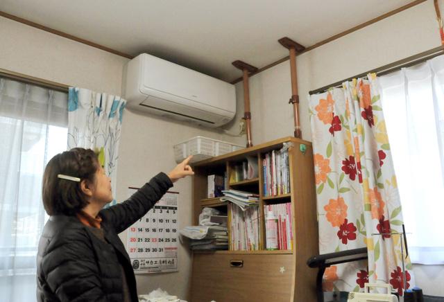 田中幸子さんは、大きな家具を突っ張り棒で固定している=神戸市東灘区