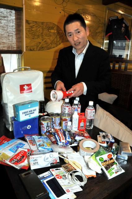 防災袋を常に備え、現金などを入れている幸形さん=鳥取県伯耆町