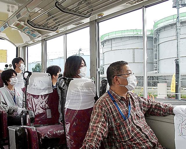 原発構内の汚染水タンクをバスの車内から視察する人たち=2015年9月、福島県大熊町、AFW提供