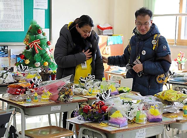 事故に巻き込まれた生徒たちの教室。机には花束やメッセージが置かれている。卒業式のあと、遺族らが訪れ、追悼した=12日午後、韓国京畿道安山市、東岡徹撮影