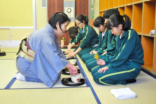 お茶のたて方を師範の高野さん(左)から手ほどきさ... 小池清に関するトピックス:朝日新聞デジタ