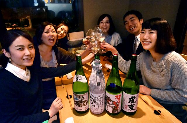「ナゴヤクラウド」の日本酒を楽しむ人たち=2015年12月21日、名古屋市中村区名駅3丁目の「ひとはし」、小川智撮影