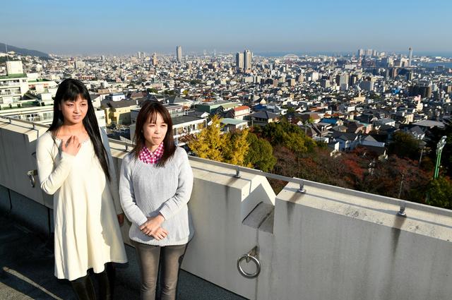 宇仁菅綾さん(右)と河部文さん。稽古場だった屋上から見える景色はずいぶん変わった=2015年11月30日午後、神戸市灘区の神戸高校、水野義則撮影