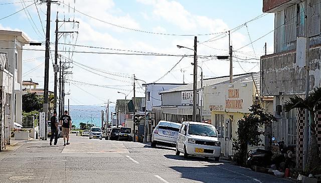 色あせた看板の店が点在する街。昼は人通りもまばらだ=沖縄県名護市辺野古、田中久稔撮影