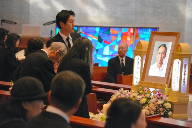 葬儀には被爆者ら多くの人が参列し、別れを惜しんだ=長崎市若草町のカトリック城山教会