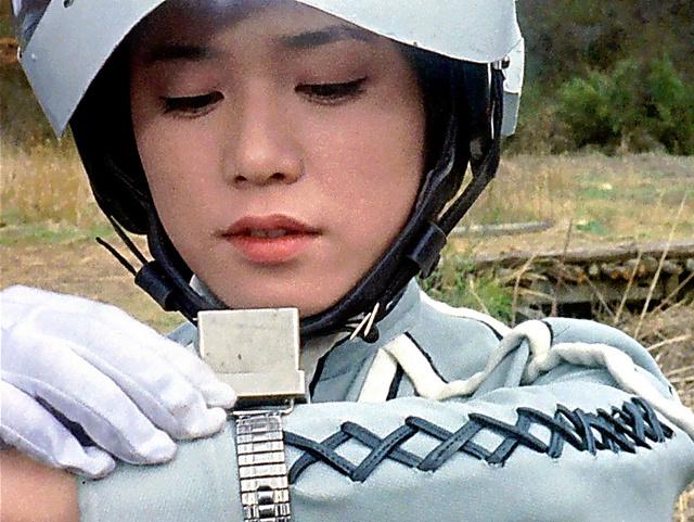 時計をチェックしているウルトラセブンでのひし美ゆり子の画像
