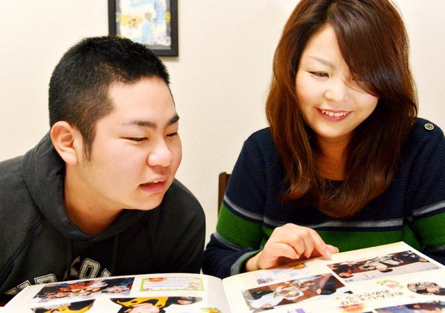 アルバムを見る清水凌さん(左)と母の嘉子さん=神戸市長田区、高橋一徳撮影