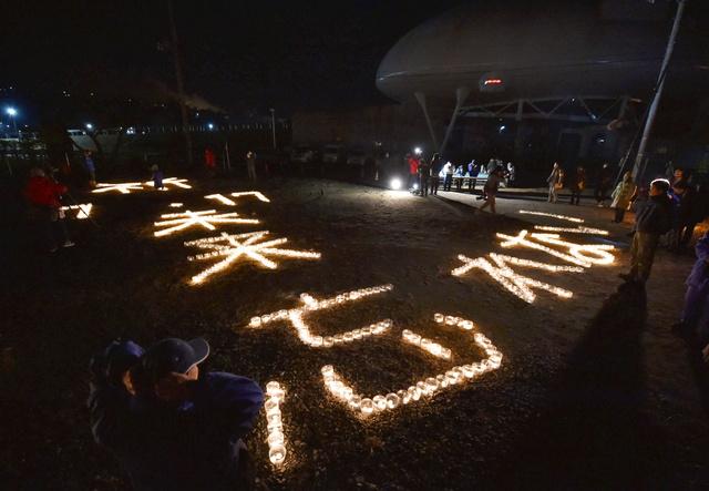 宮城県石巻市では、ロウソクで描かれた「祈1・17未来 あの日を忘れない」の文字に火がともされた=17日午前5時47分、日吉健吾撮影