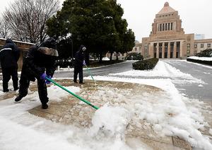 国会議事堂前は除雪作業に追われていた=18日午前8時53分、東京都千代田区、飯塚晋一撮影