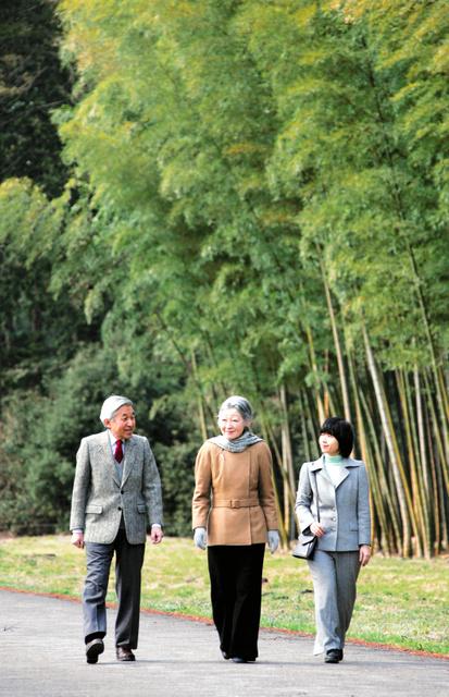 御料牧場を散策する天皇、皇后両陛下と黒田清子さん(紀宮さま)=2005年3月、栃木県高根沢町