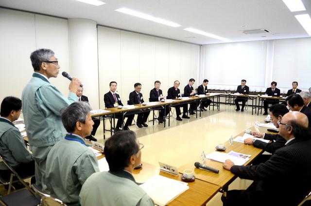 四国電力の職員から安全対策の説明を受ける大分県の自治体関係者ら=19日、愛媛県伊方町