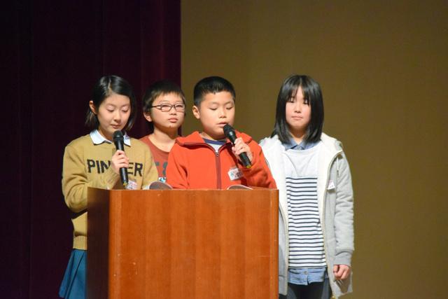 弥彦の素晴らしさを学んだ学習について、泉田裕彦知事に報告する弥彦小の6年生たち=弥彦村の弥彦総合文化会館