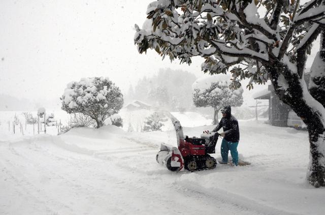 奥出雲町でも雪が積もり、除雪作業に追われる人も=同町中村