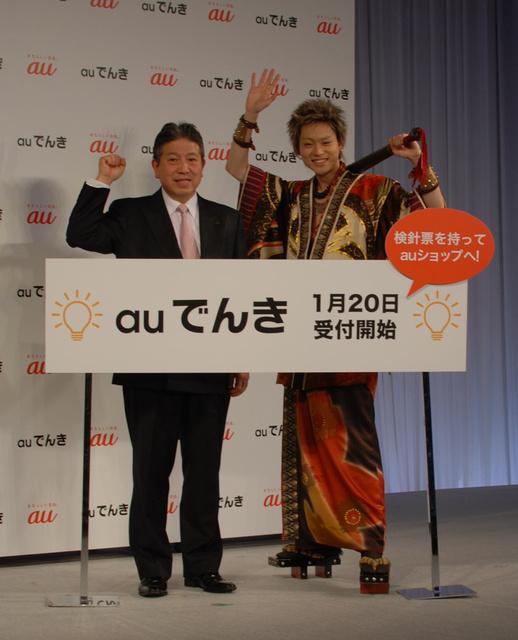 電力小売り事業の参入をPRするKDDIの石川雄三専務(左)と俳優の菅田将暉さん=東京・渋谷