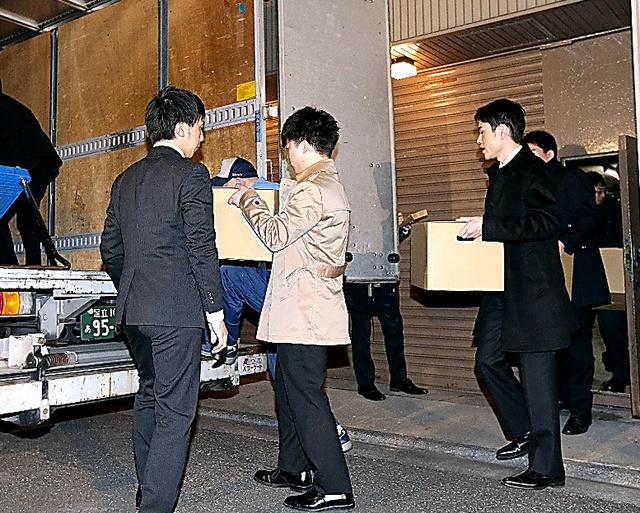 日本道路の本社から押収物を運び出す係官ら=20日午後7時23分、東京都港区、杉本康弘撮影
