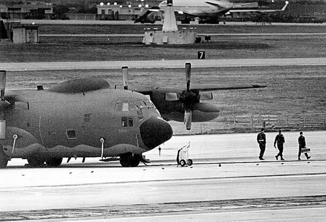嘉手納基地に駐機するアメリカ軍機。基地の爆音に対して人々は訴訟を起こし、この年、嘉手納を発進した戦闘機が農地に墜落した=1994年、沖縄本島中部