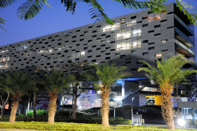 """万科企業の本社。巨大ビルを横向きに倒したような低層のデザインが特徴だ=6日、広東省深<Asajikai sjis=""""●(セン,シュウ,シン,●は土へんに川)"""">圳</Asajikai>"""