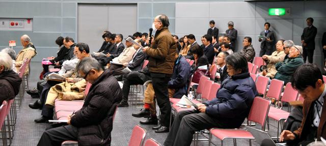中国電力が開いた住民説明会で質問する参加者=松江市学園南1丁目