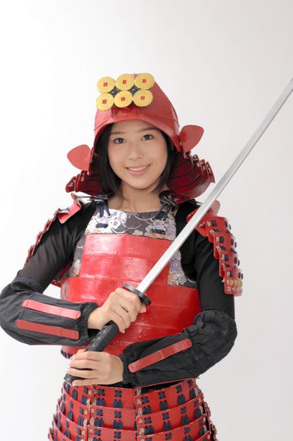 甲冑(かっちゅう)を身につけた小日向えりさん(サンミュージック提供)