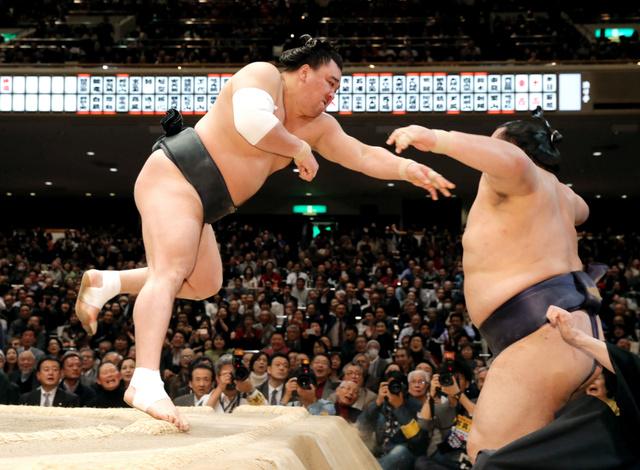 写真・図版 日馬富士、取り直しに燃えた 強烈な出足、V争いに残る:朝日新聞デジタル